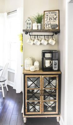 Farmhouse Coffee Bar mit schwimmendem DIY-Regal und Tassenablage - The Frugal Homemak . - Farmhouse Coffee Bar mit schwimmendem DIY-Regal und Tassenablage - The Frugal Homemak . Coffee Bars In Kitchen, Coffee Bar Home, Home Coffee Stations, Coffee Bar Ideas, Wine And Coffee Bar, Diy Coffe Bar, Coffee Bar Station, Coffee Station Kitchen, Coffee Drinks