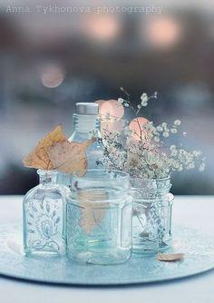 たくさんの瓶の中から、ひとつだけにお花をさして。 全部に飾らないのがオシャレに見せるコツ。
