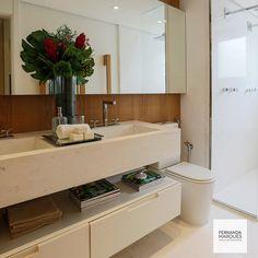 Banheiro em mármore , madeira e laca Bathroom in marble, wood and lacquer