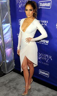 Belle en blanc de Fashion Police  Jennifer Lopez remet ça ! La superstar est sublime dans une robe Gabriela Cadena au décolleté plongeant lors du premier concert de sa série de concerts All I Have à Las Vegas.