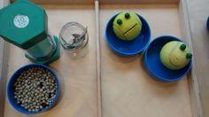 Erbsenfresserchen, geschnittene Tennisbälle, Löffel zum füttern, Erbsen, Sanduhr zur Zeitbegrenzung