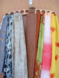O cabide ideal para lenços e echarpes. by Lu Monte.  http://maniadeorganizar.com/o-cabide-ideal-para-echarpes-e-lencos/