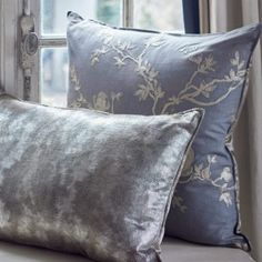 The Lizzo Scatter collection is inspired by an era of elegance and call for a revival in appreciation for refined luxury rooted in impeccable quality. This limited edition collection includes glamourous jacquards, silks, embroideries and modern prints inspired by classic designs all sourced from Lizzo Fabrics in Spain.