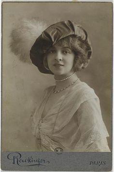 Jane Renouardt en buste, avec un chapeau vers 1910.