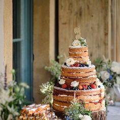 O dia começa inspirado com esse bolo desconstruído perfeito para um casamento com uma  proposta rústica nada tradicional e aconchegante. #amolapisdenoiva #bolodecasamento #nakedcake by lapisdenoiva