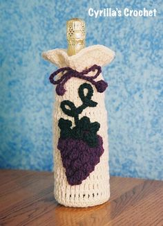 Crochet patterns for gift bags and purses Gift Bag and Purse Patterns. Crochet gift bags are a wonderful way to present a gift to a loved one; tuck bottles of Wine Bottle Gift, Wine Bottle Covers, Wine Bottle Crafts, Wine Gifts, Wine Bottles, Crochet Cozy, Crochet Gifts, Wine Purse, Wine Bags