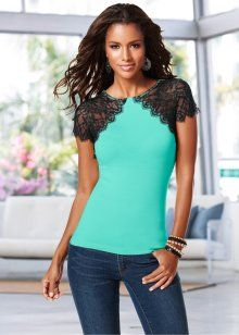 T-shirt refashion with lace Fashion Tips For Women, Diy Fashion, Fashion Outfits, Womens Fashion, Fashion Design, Shirt Refashion, T Shirt Diy, Altering Clothes, Fashion Today