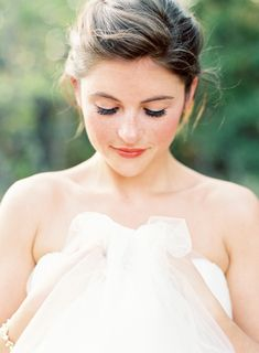 Brides imagine finding the ideal wedding ceremony, but for this they require the best wedding gown, with the bridesmaid's outfits complimenting the wedding brides dress. These are a variety of ideas on wedding dresses. The Wedding Day. Natural Bridal Hair, Bridal Hair And Makeup, Wedding Makeup, Bridal Beauty, Wedding Beauty, Wedding Tips, Wedding Bride, Wedding Day, Wedding Dresses