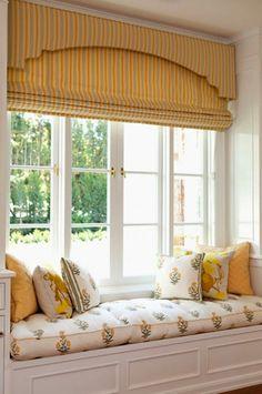 Rèm cửa và bộ gối đệm cùng tông màu sáng đem lại cảm giác tươi vui.