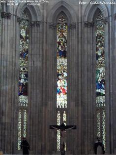 Vitrais do Mosteiro de Santa Maria da Vitória, também conhecido como Mosteiro da Batalha. Portugal. Classificado como Patrimônio da Humanidade pela UNESCO. O Mosteiro foi eleito como uma das 7 Maravilhas de Portugal em 2007. Sua edificação foi iniciada em 1388 ,inicialmente como um pequeno templo. Ao longo de cerca de 200 anos passou por reformas, ampliações tomando a forma grandiosa atual. Foto : Cida Werneck