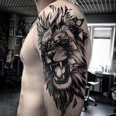 Löwen Tattoo auf der Schulter