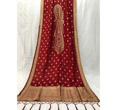 Shop Rivaj Silk Dupatta Online with the best price. Dupatta to give yourself the stylish look for Rich Traditional Indian Weddings. Soft Silk Sarees, Silk Dupatta, Banarasi Sarees, Plain Saree, Traditional Indian Wedding, Weave Styles, Silk Material, Ethnic Dress, Bollywood Saree