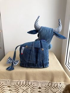 Artisanats Denim, Denim And Lace, Animal Sewing Patterns, Stuffed Animal Patterns, Sewing Art, Sewing Dolls, Denim Furniture, Creative Textiles, Denim Ideas