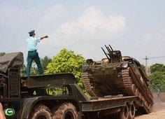 Xe pháo phòng không ZSU-23-4 di chuyển xuống xe vận chuyển, triển khai chiếm…