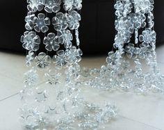 Cascata, cortina e luminária de garrafas PET recicladas, elaboradas pela artista plástica inglesa MichelleBrand