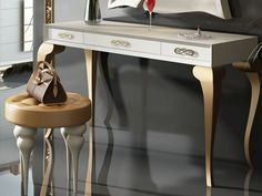 Coiffeuse avec tiroirs. Mod. GOLD Office Desk, Entryway Tables, Furniture, Bedroom Ideas, Home Decor, Gold Leaf, Color Mix, Drawers, Dressing Tables