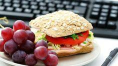 LIVIANO -  Un rico sandwich con pan de cereales y semillas, lomito ahumado, tomate, cebollita y una porción de fruta, constituyen un almuerzo saludable y nutritivo ... y rico, ricoooo !!!