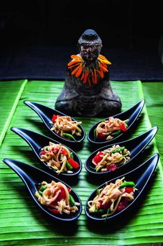 ✩ Stop searching and get inspired now! ✩ Check out this list of creative present ideas for people who are into cooking Papaya Recipes, Asian Recipes, Healthy Recipes, Thai Dishes, Tasty Dishes, Salad Presentation, Food And Travel Magazine, Green Papaya Salad, Food Decoration