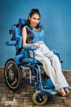 É daqueles projetos que nos obriga a pensar duas vezes antes de reclamar da vida. Estas crianças nasceram com algum tipo de deficiência física, são cadeirantes e, pelo menos por um dia, estiveram onde mais gostariam de estar. As belíssimas imagens foram captadas por João Fábio Matheasi, fotógrafo de 29 anos, de Andradas, no sul de Minas Gerais. Os cenários cuidados e as expressões de felicidade de Luizinho, Luiz, Vivi, Pri, Núbia e Nara carregam o projeto de emoção. Veja as fotos: Luizinho…