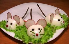 :O presentacion-original-ratones-huevo-duro. Cute Food, Good Food, Yummy Food, Food Art For Kids, Creative Food Art, Food Carving, Food Garnishes, Garnishing, Food Decoration