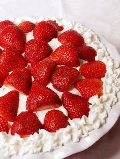 Top your cheesecake with whipped cream and halved berries, or any fruit that is in season. No Bake Desserts, Easy Desserts, Delicious Desserts, Dessert Recipes, Yummy Food, Quick And Easy Cheesecake Recipe, Easy Pie, Cheesecake With Whipped Cream, Lemon Cheesecake