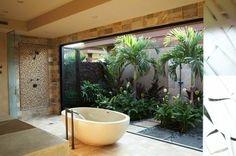0-alinea-meuble-de-salle-de-bain-exotique-avec-grande-fenetre-vers-le-jardin-murs-beiges
