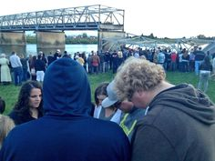 "Twitter / ""komonews :RT @jonhumbert: Small prayer circle in front of the collapsed bridge:  #Skagitbridge #I5bridgecollapse #Wa"" - update via jonhumbert: ""GOOD NEWS: NW WA incident management says *no* deaths in #skagitbridge"""