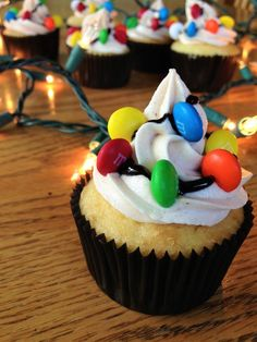 Stranger things Christmas light chocolate and vanilla m&ms cupcake stranger things birthday party Stranger Things Christmas, Stranger Things Halloween, Stranger Things Season, Stranger Things Netflix, Lunch Boxe, Sweet 16, Cupcake Cakes, Cake Decorating, Sweet Treats