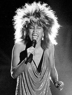 Tina Turner com seu penteado, voz e expressões marcantes!