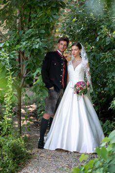 Hochzeitslederhose elegant kombiniert und klassisch elegantes Hochzeitskleid Wedding Dresses, Fashion, Elegant Wedding Dress, Classic, Trousers, Gowns, Bride Dresses, Moda, Bridal Gowns