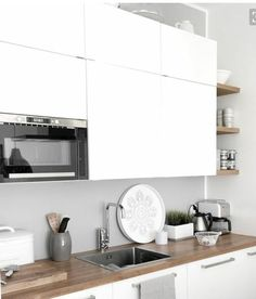 Scandinavian kitchen decor belongs to the most perfect decorations for a modern kitchen. We have a collection of Scandinavia kitchen decor ideas to consider. Home Interior, Kitchen Interior, New Kitchen, Kitchen Decor, Kitchen Wood, Kitchen Ideas, Kitchen Modern, Kitchen Sink, Stone Kitchen