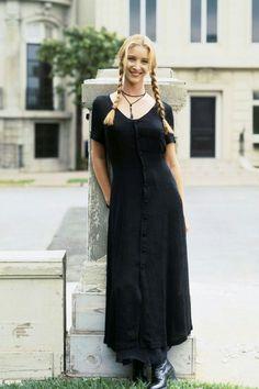 black dress + choker /Lisa Kudrow