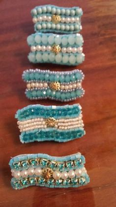 Escarapela de cuentitas de pulseras o collares Seashell Crafts, Cool Inventions, Inspire Others, Rosettes, Diy Paper, Hair Pins, Collars, Chokers, Dots