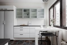 Musta-valkoinen keittiö on aina tyylikäs #keittiö #ruokapöytä #baarijakkarat #keittiönsäilytys