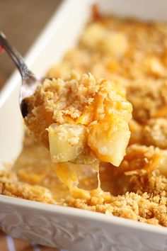 This Pineapple Cheese Casserole is sweet and salty, gooey perfection! The quick and easy recipe combines tangy, sweet pineapple pieces, sharp cheddar cheese, and buttery cracker crumbs! via # Easy Recipes sweets Pineapple Cheese Casserole - Southern Bite Polenta Pizza, Pot Luck, Paula Deen, Pineapple Cheese Casserole, Easy Pineapple Casserole Recipe, Pineapple Stuffing, Schnitzel Hawaii, Casserole Recipes, Cheese