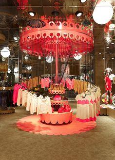 O visual merchandising interior da loja Monki, na Suécia, idealizado pela Electric Dreams.