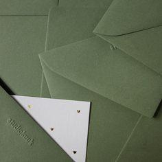 Mosgroene enveloppen van studiokuuk! Leuk voor bij je geboortekaartje. Ook verkrijgbaar in het okergeel, lief roze, petrol blauw, muisgrijs en zand. #www.studiokuuk.nl