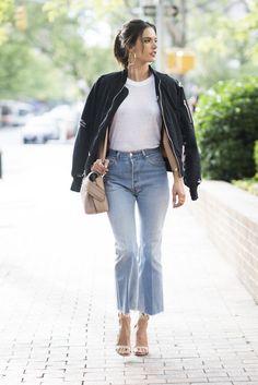 Alessandra Ambrosio, Bomber negra, camiseta básica 'cropped flared jeans' y accesorios nude.