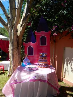 Linda mesa para el pastel princesa Sofia