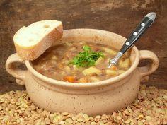 Sűrű lencseleves, amiből már egy tányér eltelít - Recept   Femina Cheeseburger Chowder, Ramen, Soup, Ethnic Recipes, Soups