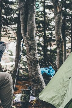 camping is one of the best ways to enjoy the great outdoors. having the wrong gear will turn your camping trip into a disaster. here you will find top rated camping gear for your next great outdoor camping adventure Camping Pas Cher, Camping Am See, Camping Bedarf, Camping In The Rain, Camping Items, Backpacking Food, Camping Guide, Winter Camping, Camping Checklist