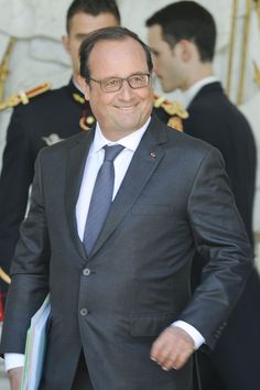 La photo WTF : François Hollande en admiration... devant un pélican !
