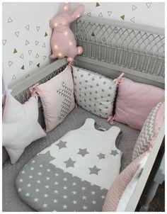 tour de lit étoiles et carrés thème lapin rose pale, blanc et gris