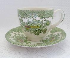 Tolles Dekostück- DIE Zierde auf jeder Kaffeetafel: Zauberhaftes, zartes weißes Porzellanmoccatässchen mit hübschem grünen Blumenmuster in süßer ...