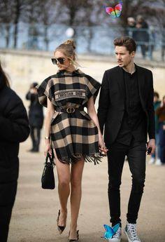 2020秋冬コレクション会場直送! モデル界のおしゃれNo.1をパパラッチ【随時更新】 Street Style - Paris Fashion Week - Womenswear Fall/Winter 2020/2021 : Day Two<br> ケミカルウォッシュデニムの人気が再燃⁉ テーラードジャケットも必携。 French Street Fashion, Paris Fashion, Runway Fashion, Fashion 2020, Retro Fashion, High Fashion, Nyfw Street Style, Autumn Street Style, Paris Outfits