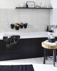 Un bano en blanco y negro: copia la idea del contraste entre los azulejos negros y los blancos