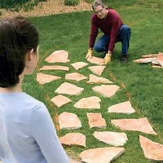Stepping Stone Paths Transform your garden or backyard into a scene from a fairy tale with a stone path. This can be done in an afternoon! Garden Steps, Garden Paths, Lawn And Garden, Stepping Stone Pathway, Stone Paths, Rock Pathway, Stone Edging, Concrete Stepping Stones, Ideas Para Decorar Jardines