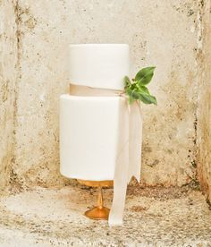 simple and chic wedding cake | Sarah Love Photography | Bridal Musings