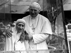 Mother Teresa joins Pope John Paul II in the Popemobile on his 1986 visit to Calcutta. The Pope used Mother Teresa as a spokesperson for papal causes. Saint Jean Paul Ii, Pape Jean Paul Ii, St John Paul Ii, Saint John, Paul 2, Pope John, Pope Francis, Saint Teresa Of Calcutta, Papa Juan Pablo Ii