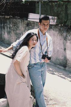 Đơn giản mà vẫn tình, đây là bộ ảnh giả film theo phong cách Hongkong những năm 1990 xinh nhất hôm nay Couple Photoshoot Poses, Couple Photography Poses, Pre Wedding Photoshoot, Couple Posing, Couple Portraits, Couple Shoot, Portrait Photography, Wedding Couple Photos, Couple Pictures
